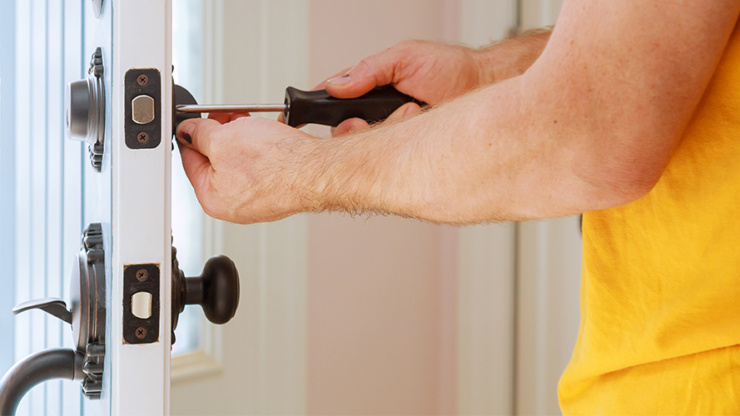 What are the Benefits of Hiring a Professional Locksmith?